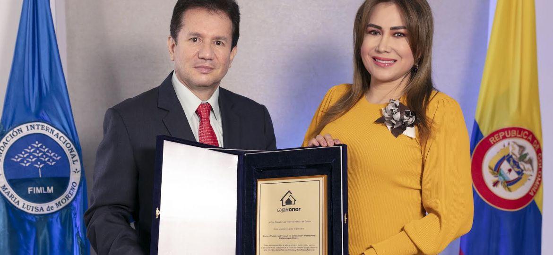 Reconocimiento: Placa de agradecimiento a la Dra. María Luisa Piraquive y a la Fundación Internacional María Luisa de Moreno por parte de Caja Honor, 2020.