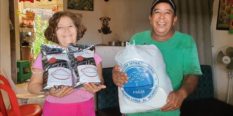 Adultos mayores de Apartadó reciben kits de mercados y suplemento alimenticio.